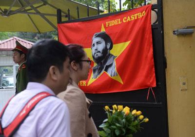 Một cặp vợ chồng Việt Nam đem hoa đến tham dự buổi quốc tang nhà lãnh đạo Cuba Fidel Castro tại Đại sứ quán Cuba ở Hà Nội hôm 4/12/2016.