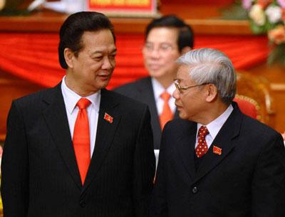 Thủ tướng VN Nguyễn Tấn Dũng (trái) và TBT đảng cộng sản VN Nguyễn Phú Trọng trong phiên bế mạc Đại hội toàn quốc lần thứ 11 của VCP tại Hà Nội ngày 19 tháng năm 2011. AFP photo