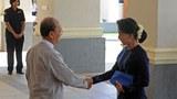 Cái bắt tay lịch sử của tổng thống Myanmar Thein Sein (trái) với lãnh tụ Đảng đối lập, bà Aung San Suu Kyi,