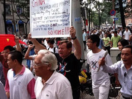 Ông Andre Hồ Cương Quyết giương cao biểu ngữ trong cuộc biểu tình chống Trung Quốc tại Saigon hôm 01/07/2012. Courtesy of NXD's blog