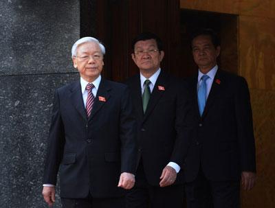 Từ trái sang: Tổng bí thư ĐCSVN Nguyễn Phú Trọng, Chủ tịch VN Trương Tấn Sang và Thủ tướng VN Nguyễn Tấn Dũng chụp trước lăng CT HCM hôm 20/10/2014. AFP photo