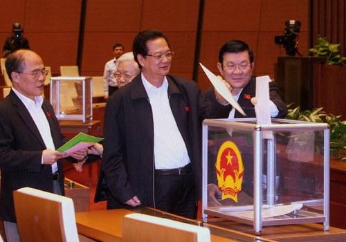 Từ phải qua: Chủ tịch VN Trương Tấn Sang, Thủ tướng VN Nguyễn Tấn Dũng, Tổng Bí thư ĐCS Nguyễn Phú Trọng và Chủ tịch QH Nguyễn Sinh Hùng bỏ phiếu tín nhiệm tại Quốc Hội hôm 15 tháng 11 năm 2014.