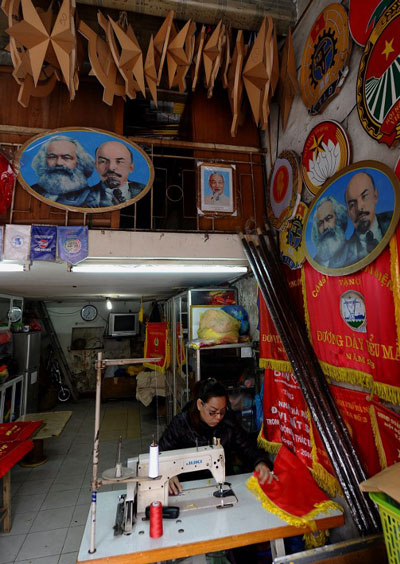 Một cửa hàng bán các sản phẩm tuyên truyền cho ĐCS tại Hà Nội. AFP photo