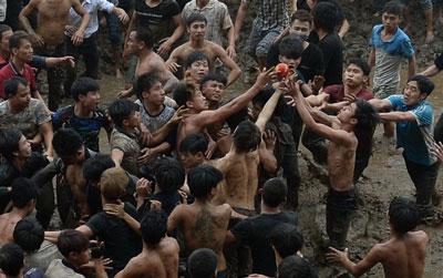 Thanh niên chen nhau tranh giành quả phết tại lễ hội cướp phết ở tỉnh Phú Thọ hôm 20/2/2016. AFP photo