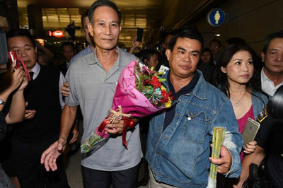 Blogger Điếu Cày Nguyễn Văn Hải rời phi trường ở Los Angeles hôm 21/10/2014. AFP photo