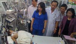 Bộ trưởng y tế Nguyễn Thị Kim Tiến (áo xanh) trong một lần đến thăm BV. Photo courtesy of baomoi.com