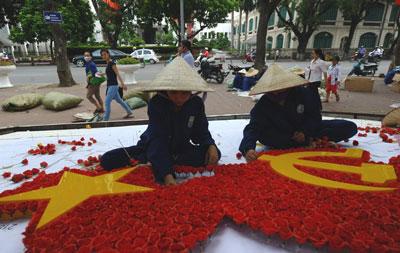 Công nhân kết hoa chuẩn bị cho ngày 2 tháng 9 tại Hà Nội. AFP photo