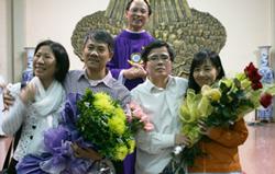 Từ trái sang phải: Bà Vũ Thúy Hà - BS. Phạm Hồng Sơn, LS. Lê Quốc Quân - Bà Nguyễn Thị Thu Hiền tại nhà thờ giáo xứ Thái Hà ngay khi được tự do. Photo courtesy of danlambao