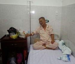 Ông Nguyễn Hữu Cầu trong bệnh viện. Courtesy of hoilatraloi
