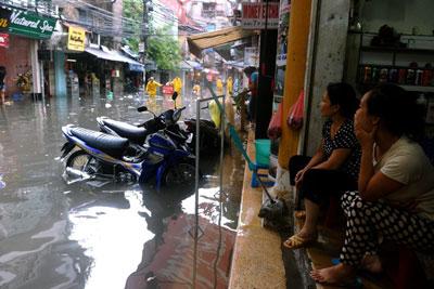 Đường phố Hà Nội sau một trận mưa lớn.