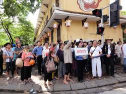 Người dân tụ tập bên ngoài tòa án trong phiên xử phúc thẩm TS Cù Huy Hà Vũ. Photo courtesy of nguyenxuandien blog