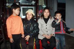 Chị Thương, vợ anh Vươn và chị Hiền, vợ anh Qúy. Photo courtesy of phapluat
