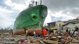 Philippines: Tại Anibong ở Tacloban nhiều tàu lớn bị bão Haiyan thổi dạt đến khu dân cư ở hôm 11 /11/2013