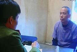 Ông Đoàn Văn Vươn đang trả lời công an tại nơi bị giam giữ. Photo courtesy of tuoitrenews