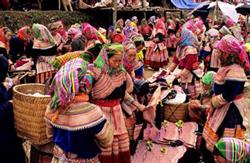 Người H'Mông mua bán tại một Phiên chợ ở miền Bắc Việt Nam. AFP PHOTO