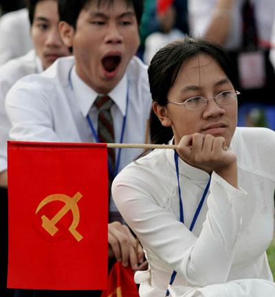 Các sinh viên ngồi theo dõi những bài diễn văn của một bưởi lễ ở Quảng trường Ba Đình tại Hà Nội