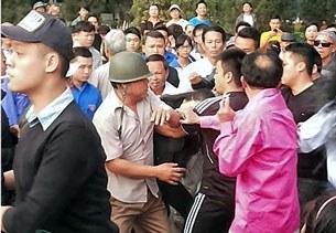 Nhiều blogger bị an ninh thường phục ngang nhiên đánh hội đồng khi đến công viên Thống Nhất tham dự hoạt động chào mừng ngày Quốc tế Nhân Quyền, ngày 8/12/2013.