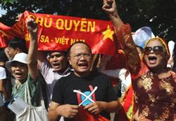 Chị Bùi Hằng (bìa phải) trong một lần biểu tình ở Hà Nội. AFP photo