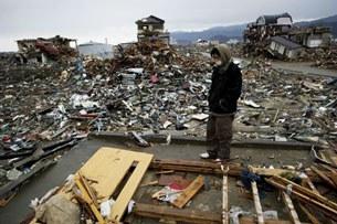 Người trước cảnh hoang tàn (quận hạt Iwate, Nhật Bản)