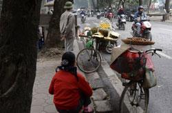 Người dân buôn bán dạo trên đường phố Hà Nội, ảnh chụp hôm 28/12/2012. AFP photo