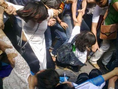 Những cô gái tuần hành ôn hòa phản đối việc chặt phá cây xanh bị nhóm an ninh lôi kéo, xô đẩy rôi ném lên xe bắt vào đồn công an ngày 26 tháng 4, 2015 (Đoan Trang facebook)
