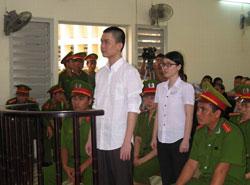 Hai sinh viên Uyên - Kha trước phiên tòa sơ thẩm hôm 17/5/2013. AFP photo