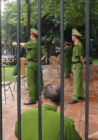 Công an tập bắn tại một công viên ở Hà Nội hôm 19/9/2011. RFA photo
