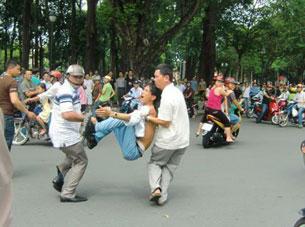 Công an chìm xen vào đoàn biểu tình rất nhiều để dễ dàng bắt những người hô hào. Source damlambao