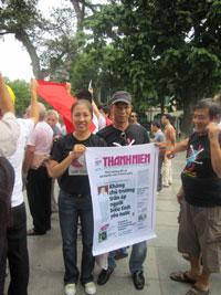 Blogger Mẹ Nấm và blogger Người Buôn Gió tại cuộc biểu tình chống TQ ngày 7/8/2011 ở Hà Nội. Courtesy AnhBaSam.