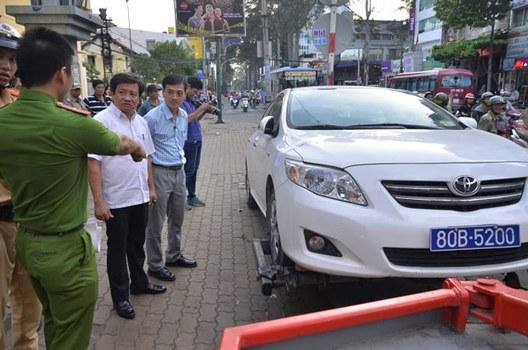 Ông Phó chủ tịch quận nhất, Đoàn Ngọc Hải, chỉ huy dọn dẹp vỉa hè trung tâm Sài Gòn hôm 27/2/2017.