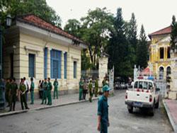 An ninh canh gác bên ngoài khu vực TAND TPHCM trong một phiên xử. Ảnh minh họa. AFP photo