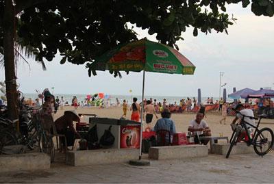 Cảnh buôn bán trên bãi tắm Sầm Sơn. RFA photo