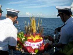 Một buổi thắp hương tưởng niệm 64 chiến sĩ tử trận trong trận chiến Gạc Ma 1988. Photo courtesy of edu.vn