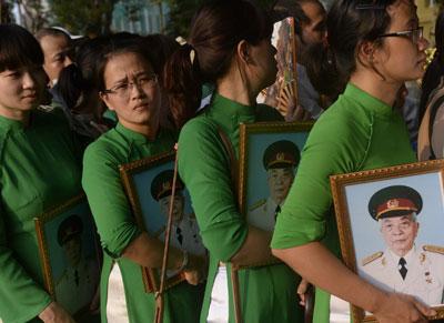 Các bạn trẻ đi viếng tướng Giáp ở Hà Nội hôm 10/10/2013. AFP photo