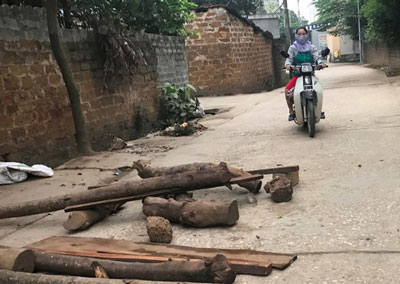 Người dân đặt chướng ngại vật trên một con đường vào xã Đồng Tâm. Ảnh chụp hôm 20/4/2017.