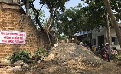 Một con đường bị dân chặn bởi đất đá ở xã Đồng Tâm, huyện Mỹ Đức, Hà Nội. Ảnh chụp ngày 20 tháng 4 năm 2017.