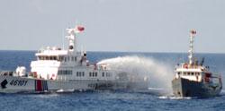 Tàu Cảnh sát biển Trung Quốc (T) phun vòi rồng vào tàu VN trên vùng biển gần giàn khoan HD 981 hôm 07/5/2014. AFP photo