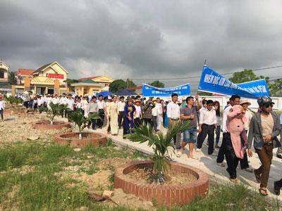 Người dân tiếp tục biểu tình ở Quỳnh Lưu, Nghệ An hôm 15/5/2016. Hình thính giả gửi RFA.