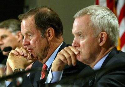 ÔngThomas Kean (trái) và ông Bob Kerrey (phải) chụp tại Đại học New School ở New York ngày 18 tháng 5 năm 2004. AFP photo