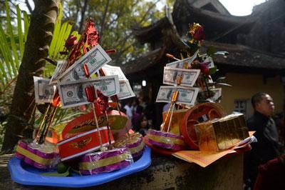 Những mâm cúng được bày bán tại chùa Bà Chúa Kho ở Bắc Ninh hôm 2/2/2017.