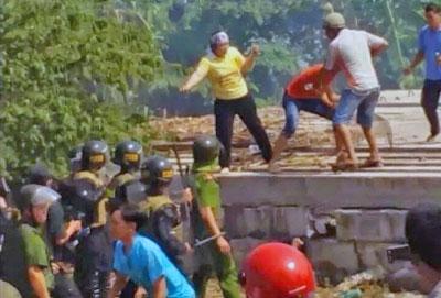 Lực lượng cưỡng chế trấn áp đánh đập và bắt giam gia đình ông Nguyễn Trung Can và bà Mai thị Kim Hương khi họ cương quyết không giao đất. Ngày 14 tháng 4, 2015. File photo