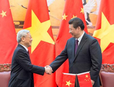 Chủ tịch Trung Quốc Tập Cận Bình (phải), cũng là Tổng thư ký Ủy ban Trung ương Đảng Cộng sản Trung Quốc, và ông Nguyễn Phú Trọng, Tổng thư ký Ủy ban Trung ương của Đảng Cộng sản Việt Nam, sau cuộc hội đàm tại Bắc Kinh, Trung Quốc, ngày 07 tháng tư năm 2015.AFP