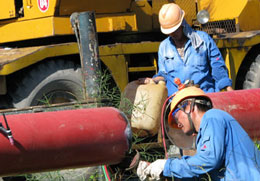 Cà Mau: Lao động Trung Quốc đang làm việc tại Cụm công nghiệp khí, điện, đạm Cà Mau. Ảnh: P.ĐIỀN(danlambao)