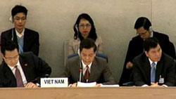 """Thứ trưởng Hà Kim Ngọc đang chăm chú """"đọc"""" báo cáo. Courtesy of nguyentandung.org"""
