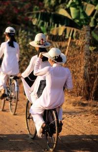 Các em học sinh trung học ngoại ô TPHCM trên đường đến trường. AFP photo