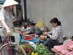 Cảnh buôn bán của người nghèo ở Hà Nội. RFA photo