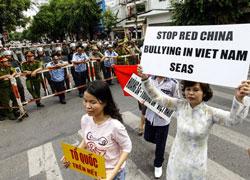Người dân biểu tình phản đối việc Trung Quốc đặt giàn khoan trên vùng biển đang tranh chấp chủ quyền với Việt Nam. Ảnh chụp hôm 11/5/2014 tại TPHCM. AFP photo
