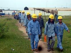 Công nhân Trung Quốc tràn ngập ở Việt Nam. Photo courtesy of nld.com