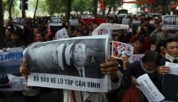 Người biểu tình giơ cao những tấm pano phản đối nhà cầm quyền Trung Quốc hôm 09/12/2012 tại Hà Nội. AFP photo