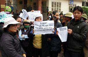 Nông dân ngoại tỉnh phía Bắc biểu tình về đất đai bị mất bên ngoài văn phòng Quốc hội tại Hà Nội hôm 21/2/2012. AFP